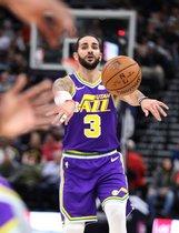 El escolta Ricky Rubio de Utah Jazz pasa el balón durante un juego de la NBA ante Dallas Mavericks el miércoles 7 de noviembre de 2018 en el Energy Solutions Arena de Salt Lake City, Utah (Estados Unidos).