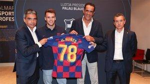 Helder posó con su nueva camiseta junto a los directivos del Barça