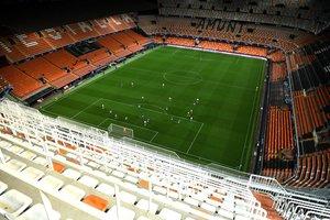 Imagen facilitada por la UEFA que muestra a los jugadores del Atalanta y el Valencia disputando a puerta cerrada el partido de la UEFA Champions League en el Estadio Mestalla en Valencia.