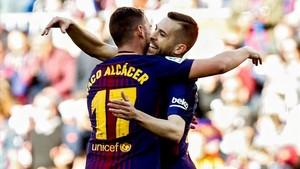 Jordi Alba felicita a Paco Alcácer tras anotar el primer gol del partido