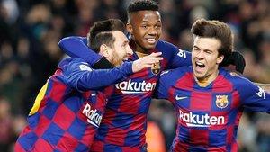 Leo Messi y Riqui Puig se abrazaron en el gol azulgrana junto a Ansu Fati