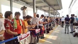 Los aficionados esperan la llegada de Iniesta