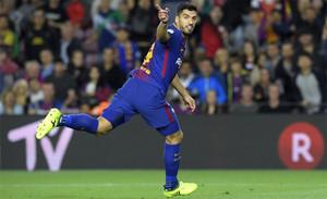 Luis Suárez celebra su gol con el Barça frente al Espanyol en el derbi del Camp Nou de la Liga 2017/18
