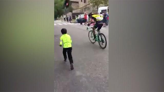 Un niño anima a un ciclista en La Vuelta y sale premiado
