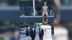 Pau Vilanova, Alícia Kocsis, Ramon Alfonseda y Sándor Kocsis, este sábado delante de la estatua que el ayuntamiento de Budapest ha inaugurado en honor al internacional húngaro y azulgrana Sándor Kocsis
