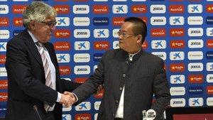 Sánchez Llibre saluda a Chen Yansheng en la rueda de prensa realizada tras el traspaso de acciones del Espanyol.