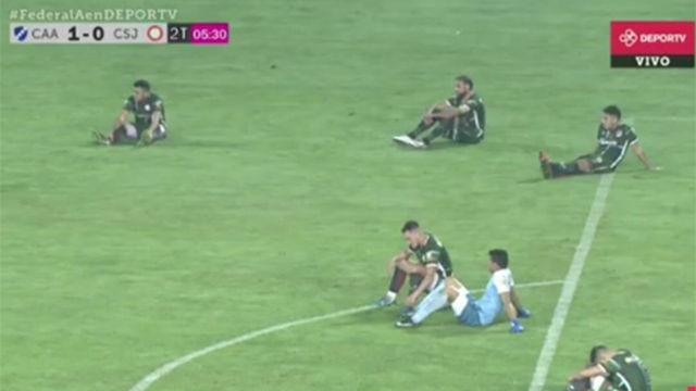 Sentada contra el árbitro... ¡y se quedan sin ascenso!