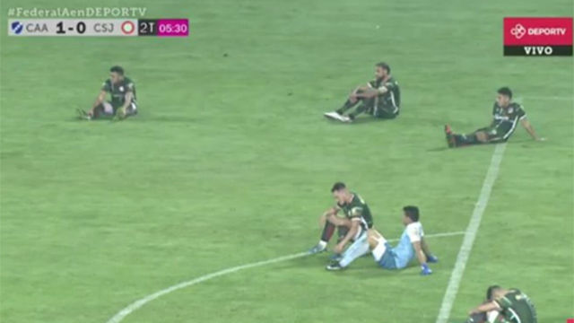 Sentada en pleno partido para protestar contra el árbitro... ¡y se quedan sin ascenso!