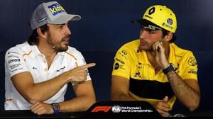 Fernando Alonso (McLaren) y Carlos Sainz (Renault), en el GP de Barcelona, el pasado mes de mayo.