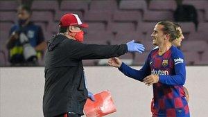 Griezmann saluda al Mono Burgos tras el partido