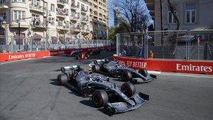 Hamilton y Bottas luchan por una posición en el GP de Azerbaiyán 2019