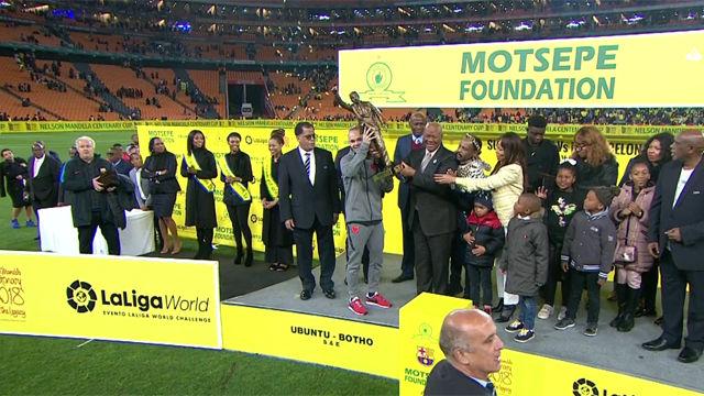 Iniesta levanta el trofeo tras la victoria ante el Sundowns