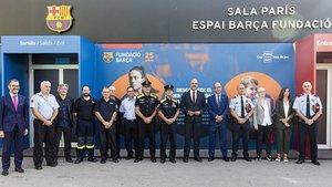 Jordi Cardoner y Maria Vallès junto al conseller dInterior Miquel Buch y los distintos representantes del resto de instituciones que han visitado este lunes la Fundació Barça