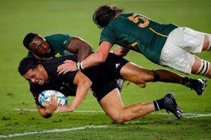 Jugada del partido entre Nueva Zelanda y Sudafrica del Mundial de Rugby 2019 disputado en el International Stadium Yokohama ein Yokohama.