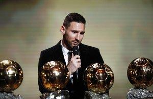El jugador argentino del FC Barcelona Lionel Messi gana el Balón de Oro France Football 2019 en el Chatelet Theatre en Paris. Messi conquista así su sexto Balón de Oro, un récord que ningún otro futbolista ha conseguido.