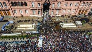 Los aficionados se aplegaron en la Casa Rosada para despedir a Maradona