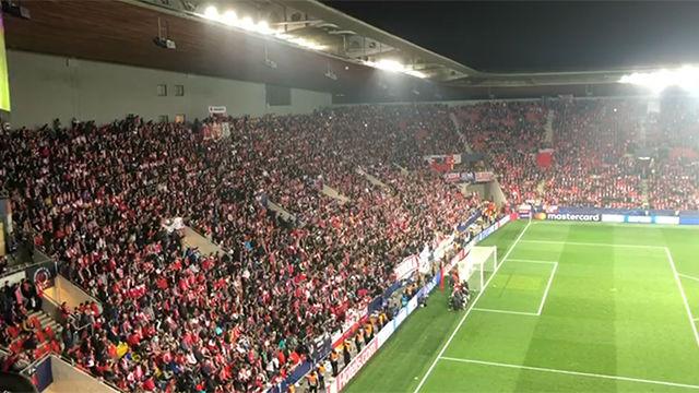 Los jugadores del Slavia de Praga se arrodillaron ante una afición que los ovacionó pese a la derrota