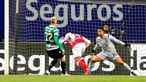 Mathieu salió en la foto del gol logrado por Diego Sousa