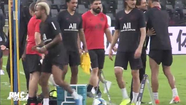 Neymar pasa de saludar a Leonardo en el entrenamiento del PSG