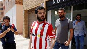 El nuevo propietario del Almería, saliendo de las oficinas del club.