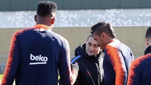 Paulinho dialoga con Valverde en presencia de Yerri Mina durante un entrenamiento del FC Barcelona