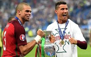 Pepe y Cristiano Ronaldo, posando con el trofeo conquistado
