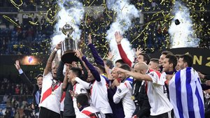 La plantilla de River Plate levanta el trofeo de campeón de la Copa Libertadores