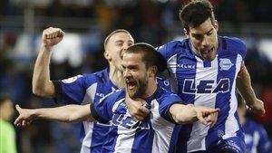 Rodrigo Ely, Laguardia y Manu García celebran un gol ante el Levante