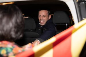 Sandro Rosell llega a Barcelona y es recibido en la Estación de tren de Sants por amigos y familiares y otras personas que le transmitieron mensajes de ánimo.