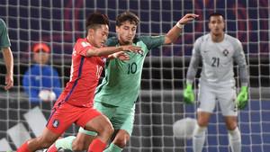 Seung-Woo Lee disputa un balón con Xadas