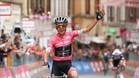Simon Yates entra ganador en la meta de Osimo y refuerza su maglia rosa