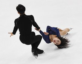 Sui Wenjing y su pareja Han Cong de China compiten antes de ganar la competencia, durante el Campeonato de patinaje artístico de cuatro continentes de ISU en el Honda Center.