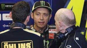 Valentino Rossi dialoga, en su boxe en Austin (EEUU), con su técnico de suspensiones y su ingeniero.