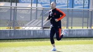 Andrés Iniesta realizando carrera continua en el entrenamiento de este martes