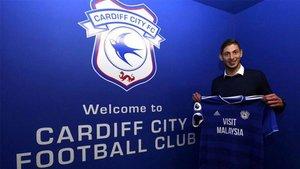 Emiliano Sala posando con la camiseta de su nuevo equipo, el Cardiff City