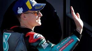 El francés Fabio Quartararo (Yamaha) saluda, feliz, tras lograr, hoy, la pole en el GP de Valencia.