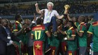 Los jugadores de Camerún mantean a su seleccionador, el belga Hugo Broos