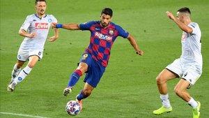 Luis Suárez se bregó en todo momento con la zaga napolitana