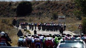 El peloton en Fuentelcesped durante la 17a etapa de la Vuelta Ciclista España de 2019, una carrera de 219,6 km desde Aranda de Duero a Guadalajara.