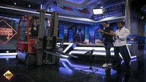 Pilar Rubio logra encender dos mecheros desde un toro hidráulico en El Hormiguero | Antena 3