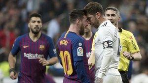 Ramos y Messi discuten durante un clásico