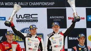 Tanak y su copiloto Jarveoja, en el podio de Suecia