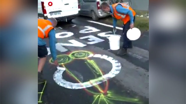 ¿El trabajo más curioso del mundo? La brigada que limpia los penes pintados en las carreteras del tour