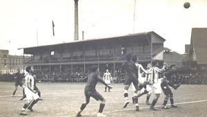 La tribuna del Estadio Johan Cruyff está inspirada en la que levantó el Barça del presidente Gamper en el campo de la calle Industria (1909-1922)