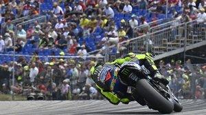 Valentino Rossi trazando una curva de izquierdas