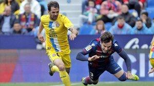 Víctor Sánchez se escapa de un jugador del Levante.