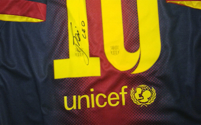 Lukas Podolski subasta una camiseta de Leo Messi | barca | sport.es