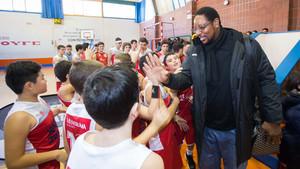 Audie Norris interactuó con niños y niñas en la presentación