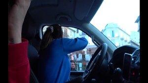 Dos youtubers criticadas en las redes sociales por lanzar comida desde su coche