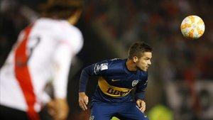 Fernando Gago cabecea el balón en el Superclásico argentino